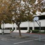 An der Gebäuderückseite befindet sich auch heute noch der Basketballkorb.